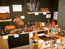 革財布や革製品の数々